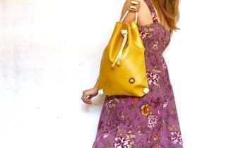 IF BAGS - zaino giallo con modella